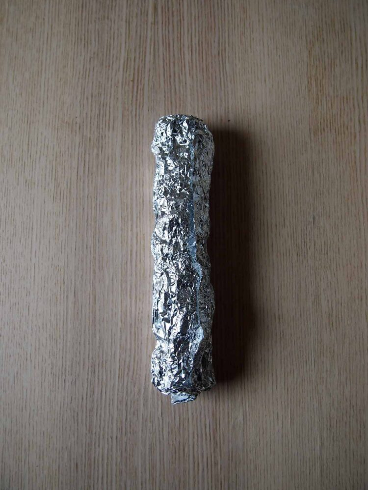 2     Wrap foil around the paper to create a shape roughly 10in (25cm) long and 1.75in (4cm) wide. The form can be as lumpy as you would like.